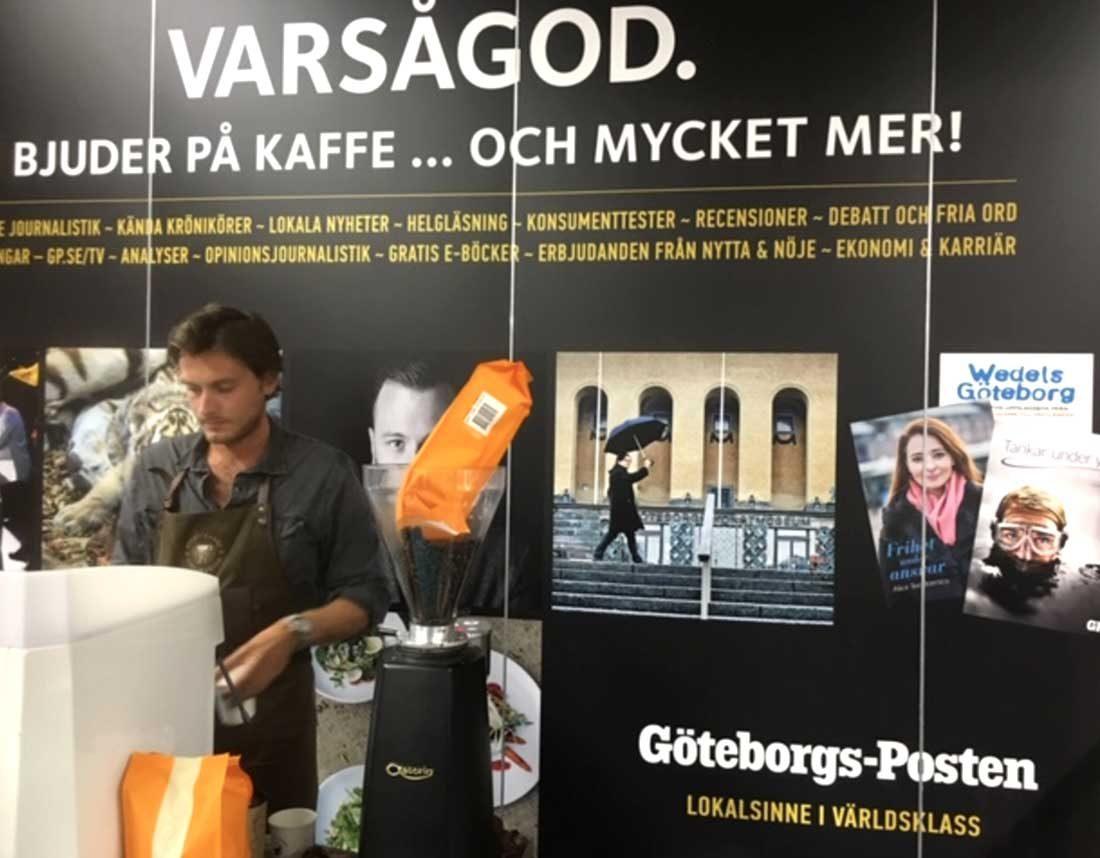 Skylt bakom kaffemaskin – GP på bokmässan